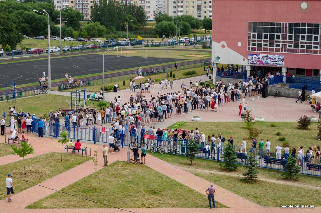 Eilės prie balsavimo apylinkės Minske | people.onliner.by nuotr.