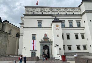 Valdovų rūmų muziejus simboliškai papuošė fasadą istorine baltarusių vėliava, kitais palaikymo ženklais | Valdovų rūmų muziejaus nuotr.