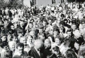 Mitingo prie A. Mickevičiaus paminklo dalyviai. Autorius – nuotraukos dešinėje pusėje, apatinėje dalyje, 1987 m.rugpjūčio 23 d.   LGGRTC Okupacijų ir laisvės kovų muziejus nuotr.