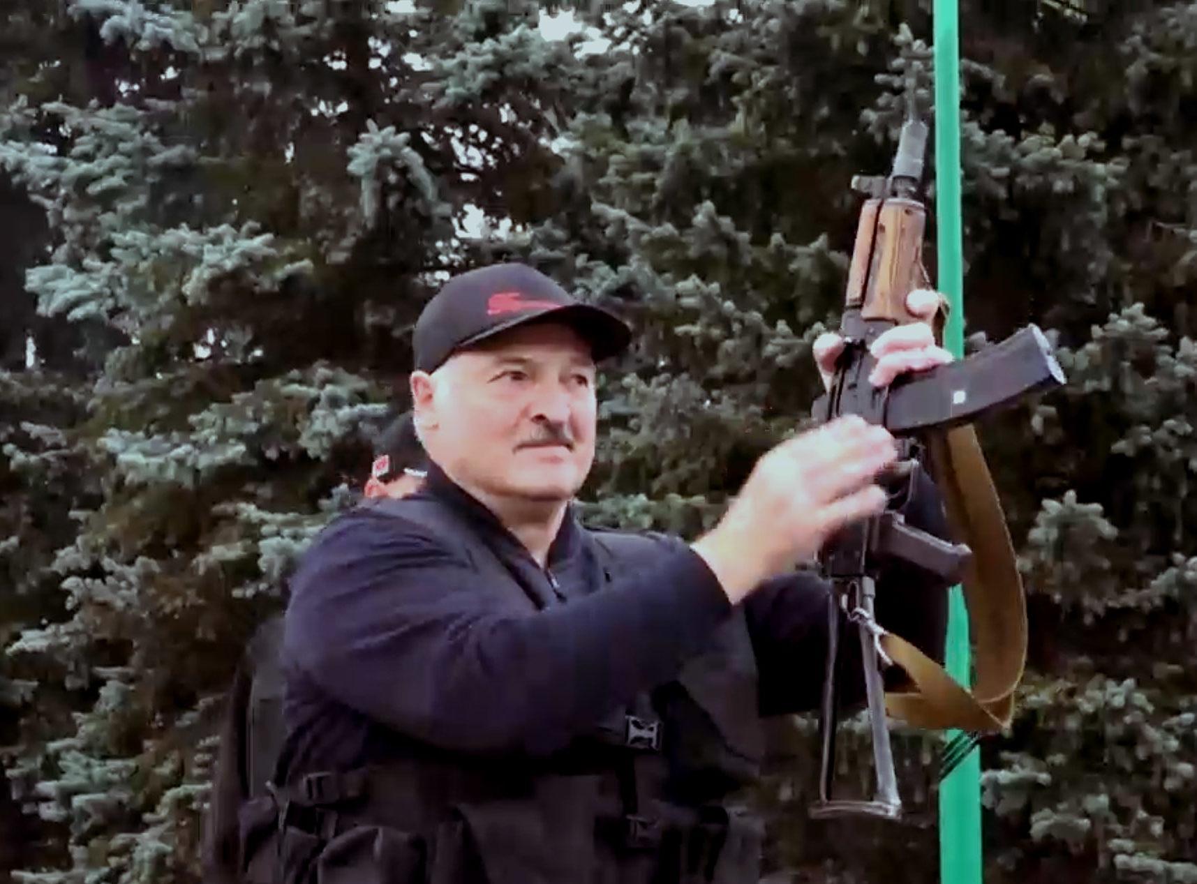 Lukašenka pasirodė su automatu | Alkas.lt ekrano nuotr.