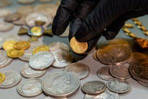 Aukštvilkių lobis. Jį sudaro – vokiškos sidabrinės ir auksinės monetos, ordinas, du auksiniai vestuviniai žiedai, laikrodis | Laima Penek, Lietuvos nacionalinio muziejaus nuotr.