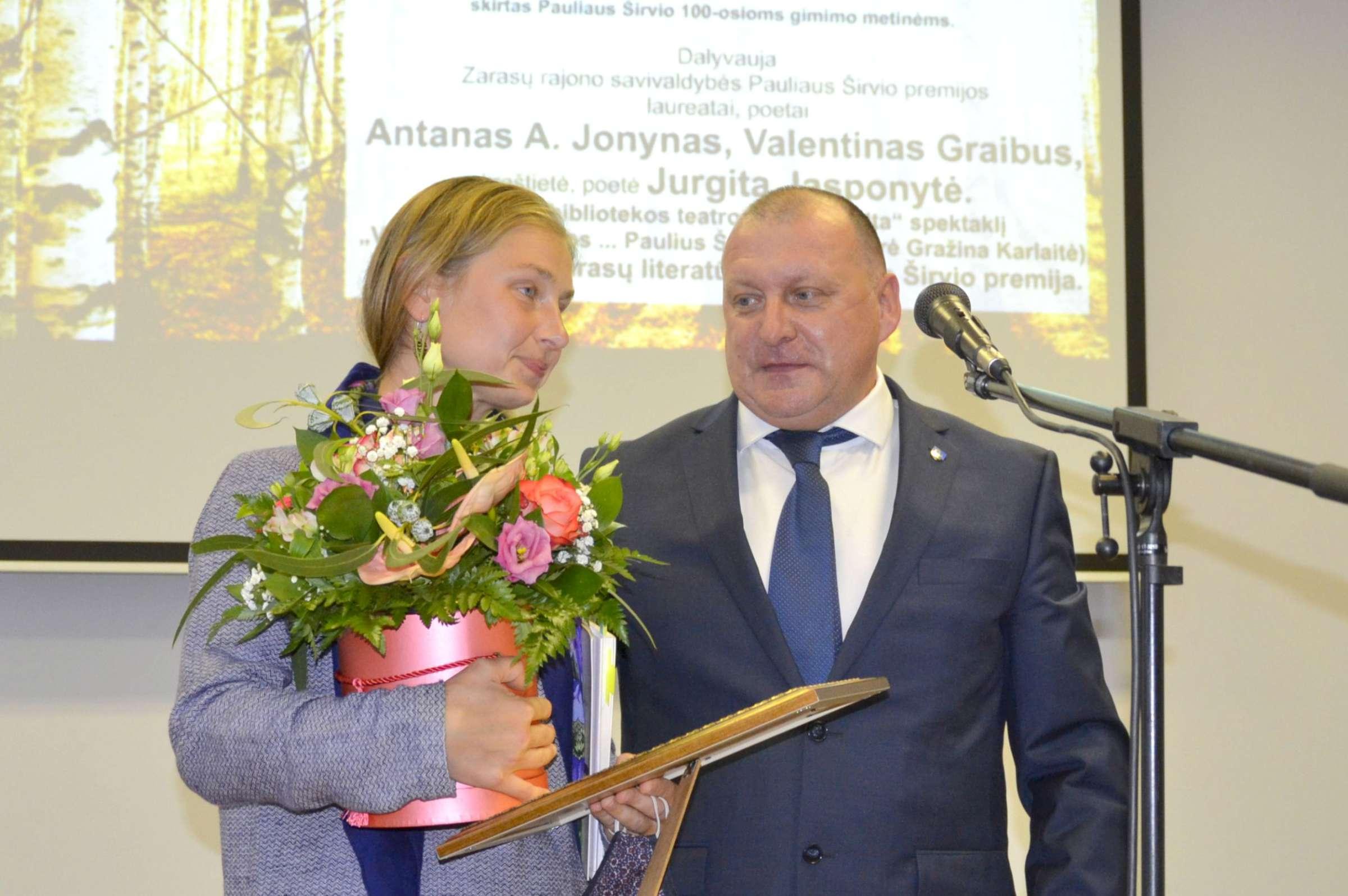 P. Širvio premijos įteikimas poetė Jurgita Jasponytė ir Zarasų rajono meras Nikolajus Gusevas | rengėjų nuotr.