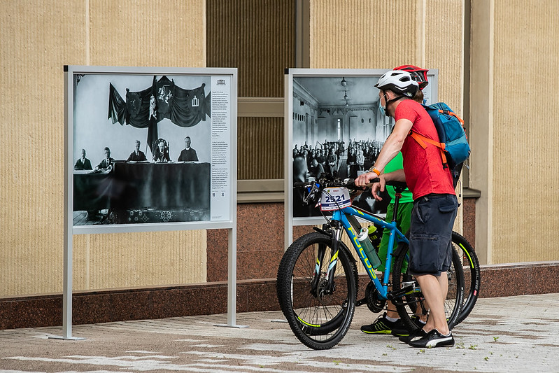 Atvertame Seimo Didžiajame kieme įgarsintos fotografijos pasakoja apie Steigiamąjį Seimą   Seimo kanceliarija, O. Posaškovos nuor.