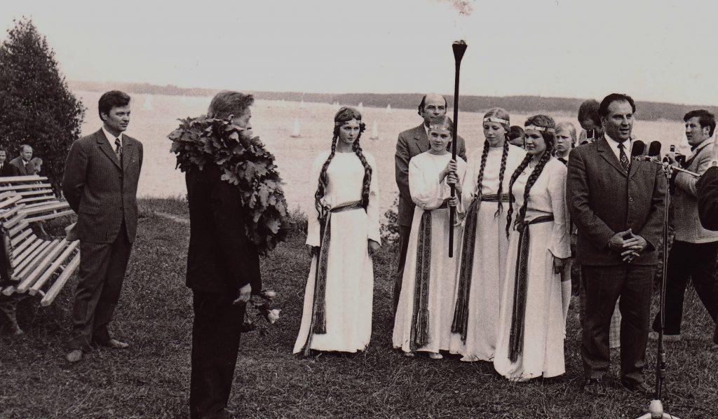 Pauliui Širviui įteikiamas Poezijos pavasario prizas. Palemonas, 1973 m. | R. Rakausko nuotr.