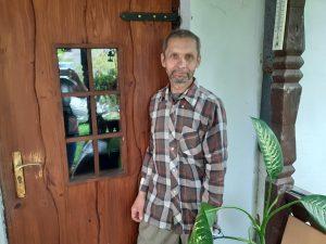 Medžio drožėjas Gintaras Černius prie savo išdrožtų durų | L. Kovalevskienės nuotr.