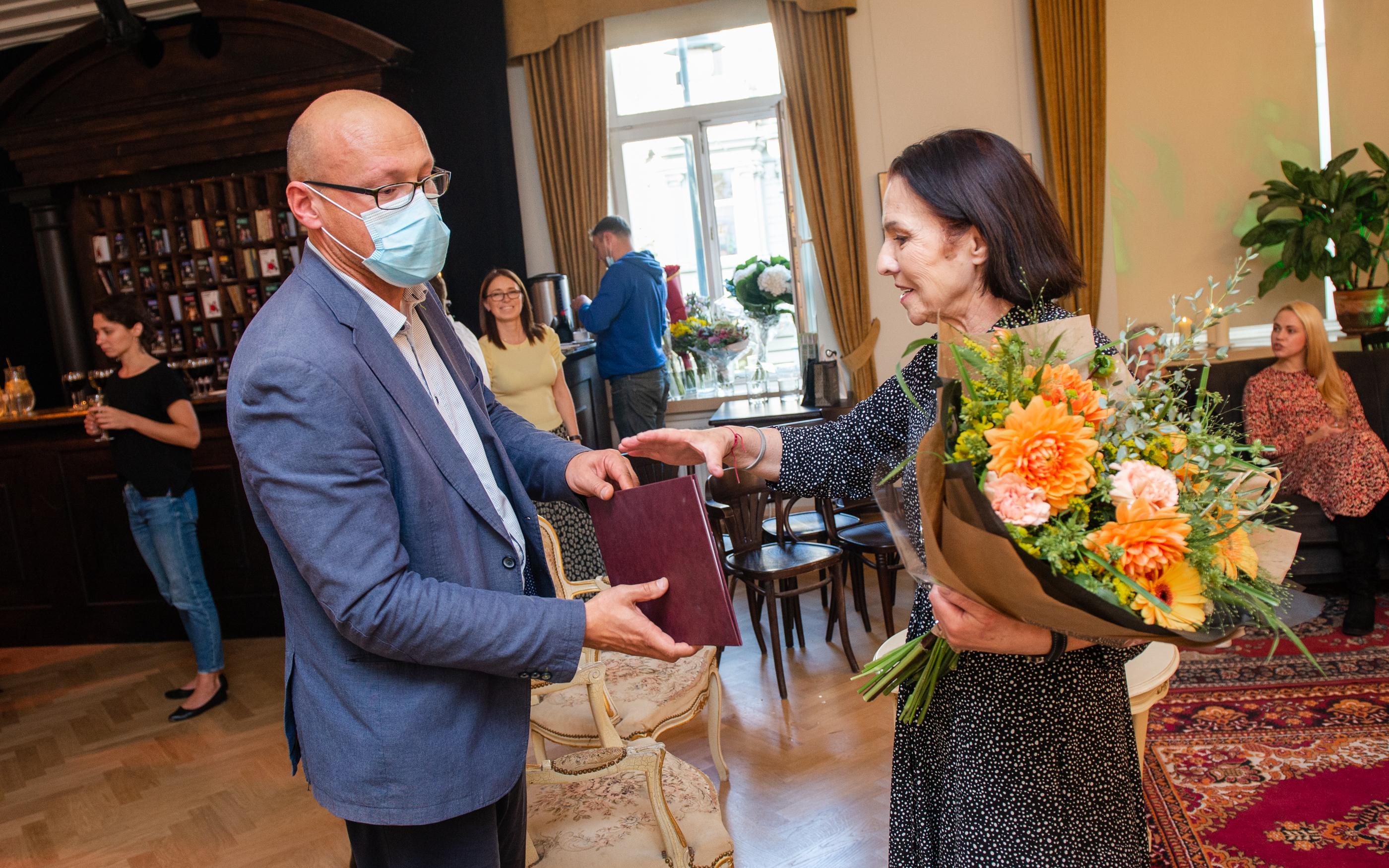 Vilniaus mažajame teatre jaukiai ir šiltai pasveikinta sukaktuves šventusi Eglė Gabrėnaitė | Dainius Photo nuotr.