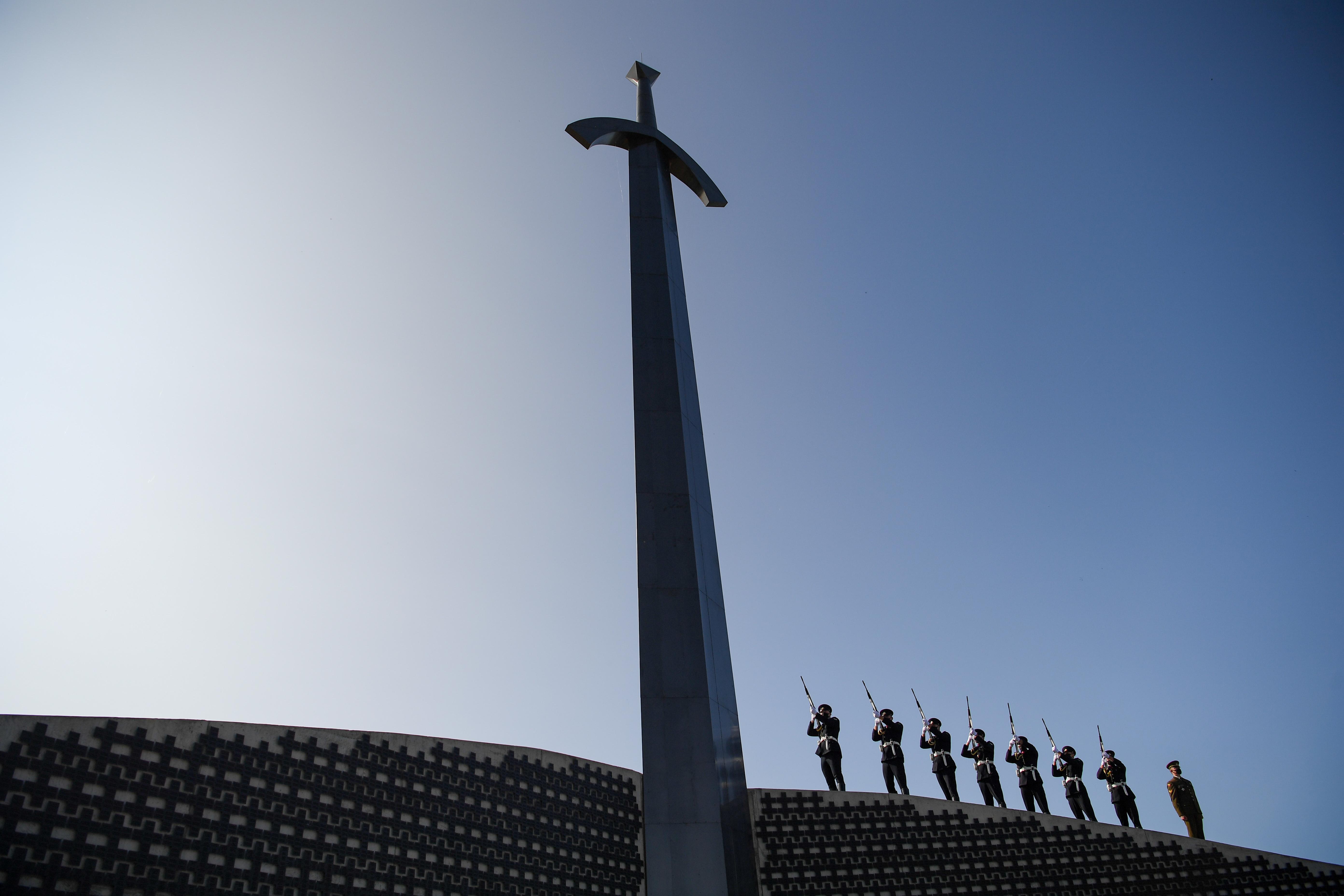 Kryžkalnyje iškilmingai atidengtas Lietuvos partizanų memorialas | lrp.lt, R. Dačkaus nuotr.