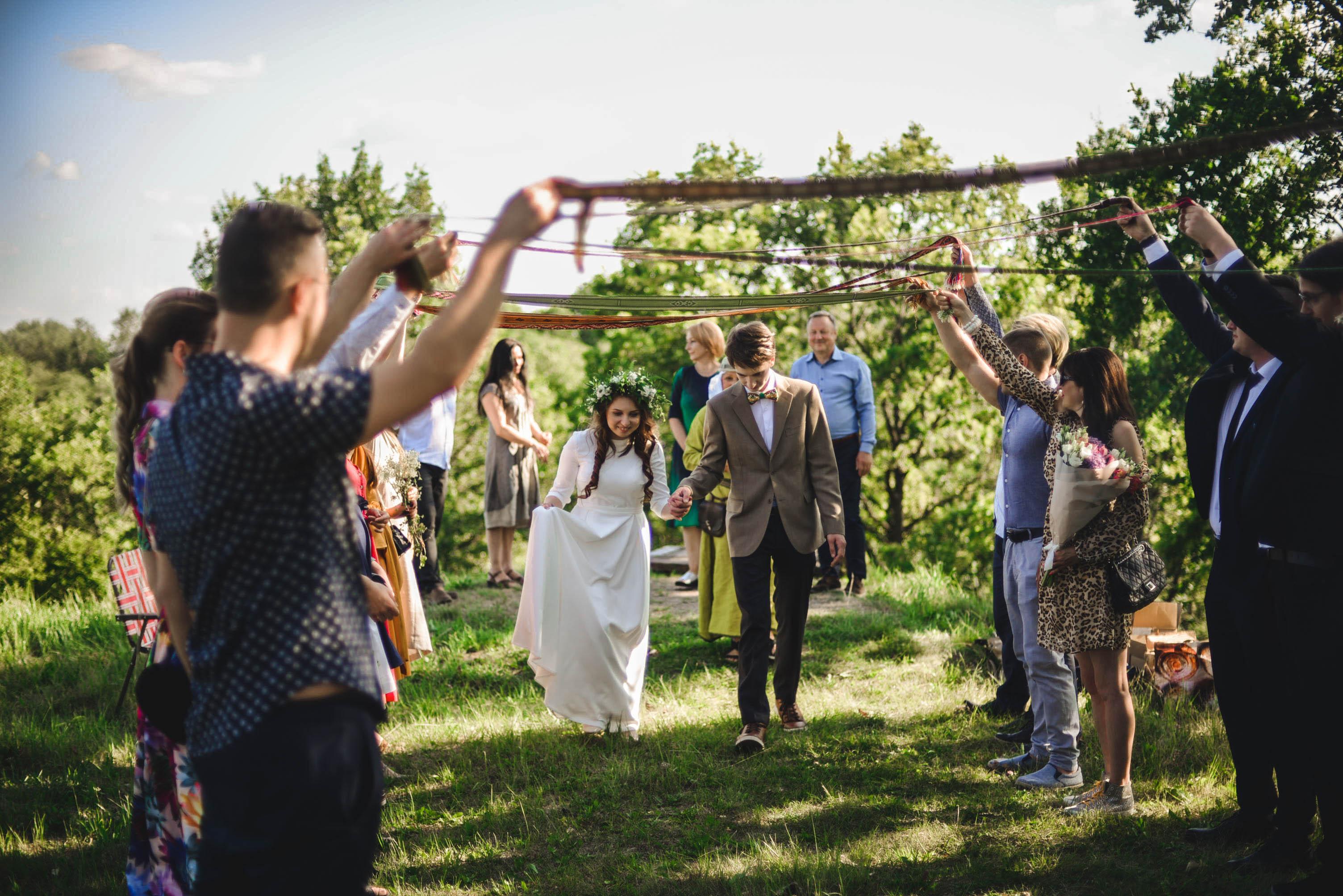 Kėdainietės Rusnės Ivaškevičiūtės- Povilaitienės jungtuvės vyko ant Bakainių piliakalnio, o į tuoktuvių ceremoniją buvo įtraukti ir vestuvių svečiai | Asmeninio archyvo nuotr.