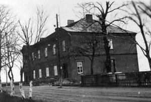 Apie 1964 m. Nevarėnų vidurinė mokykla, mano mokykla. Seniai pakavota po remontų, priestatų ir renovacijų luoba. O čia ji – mano kartos šviesos šventovė.
