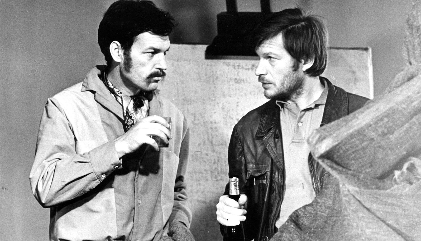 """Rež. Almanto Grikevičiaus filmo """"Sadūto tūto"""" kadras (1975 m.). Aktoriai Regimantas Adomaitis ir Juozas Budraitis   """"Scanoramos"""" rengėjų nuotr."""