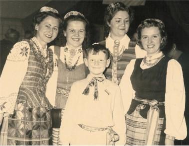 Būsimas med. daktaras Algimantas Gegeckas lietuviškų tautinių šokių grupėje 1952 m. | Asmeninė nuotr.
