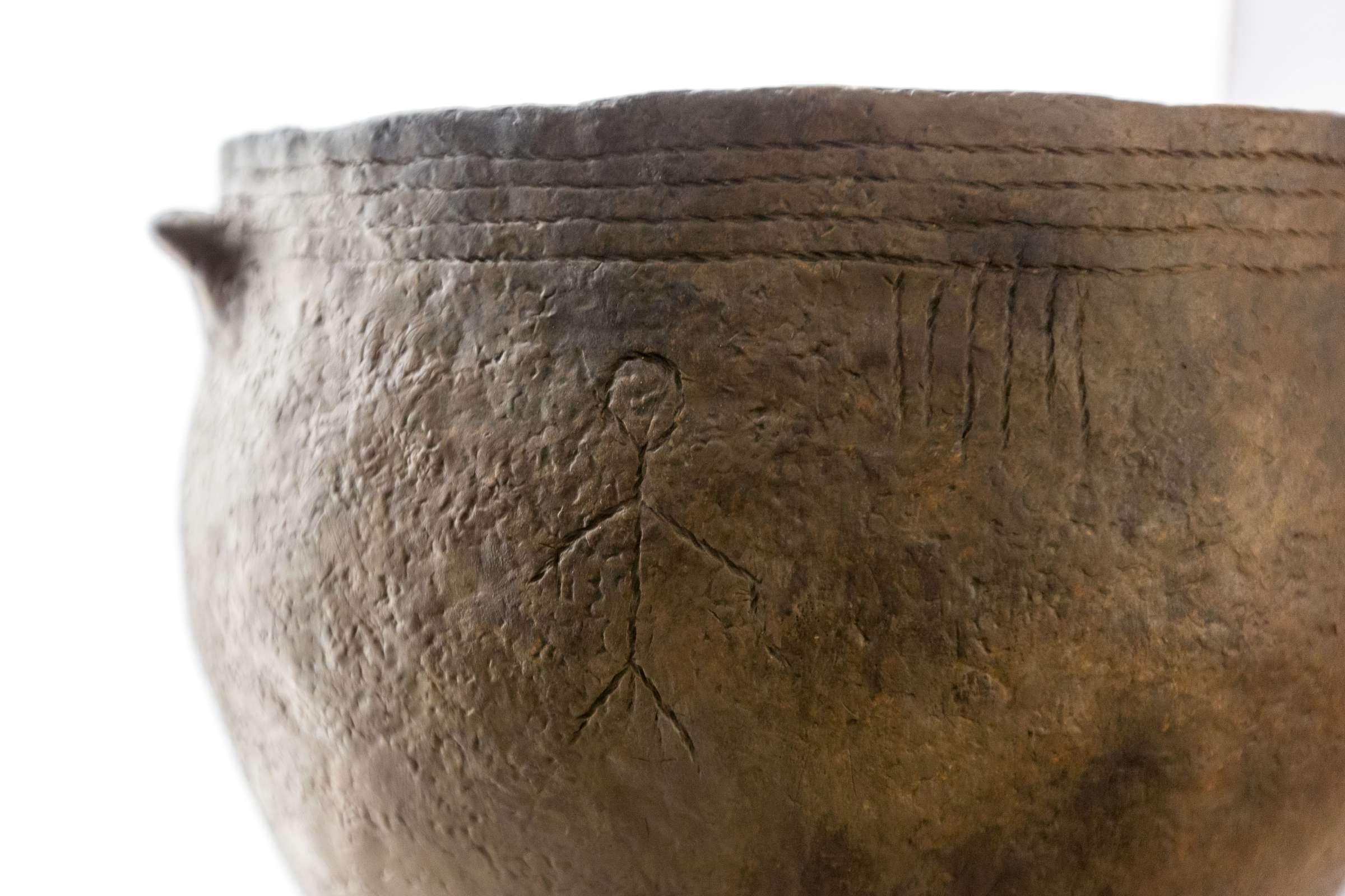 Adomėliu pramintas ant puodo vaizduojamas žmogus - seniausias siužetinės dailės pavyzdys Lietuvoje (L. Penek, LNM nuotr.)-2400