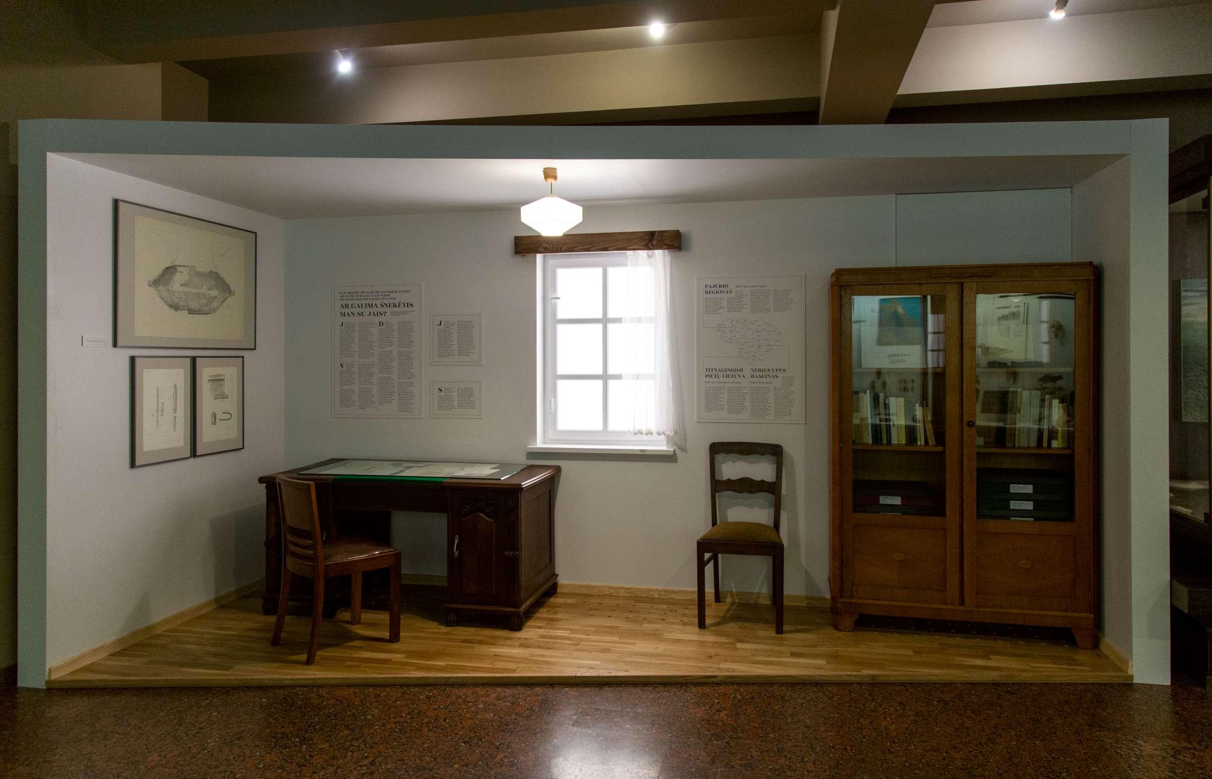 Akmens amžiaus parodoje pristatomas šį laikotarpį tyrinėjusios archeologės Rimutės Rimantienės darbo kambarys (L. Penek nuotr., LNM)-2400