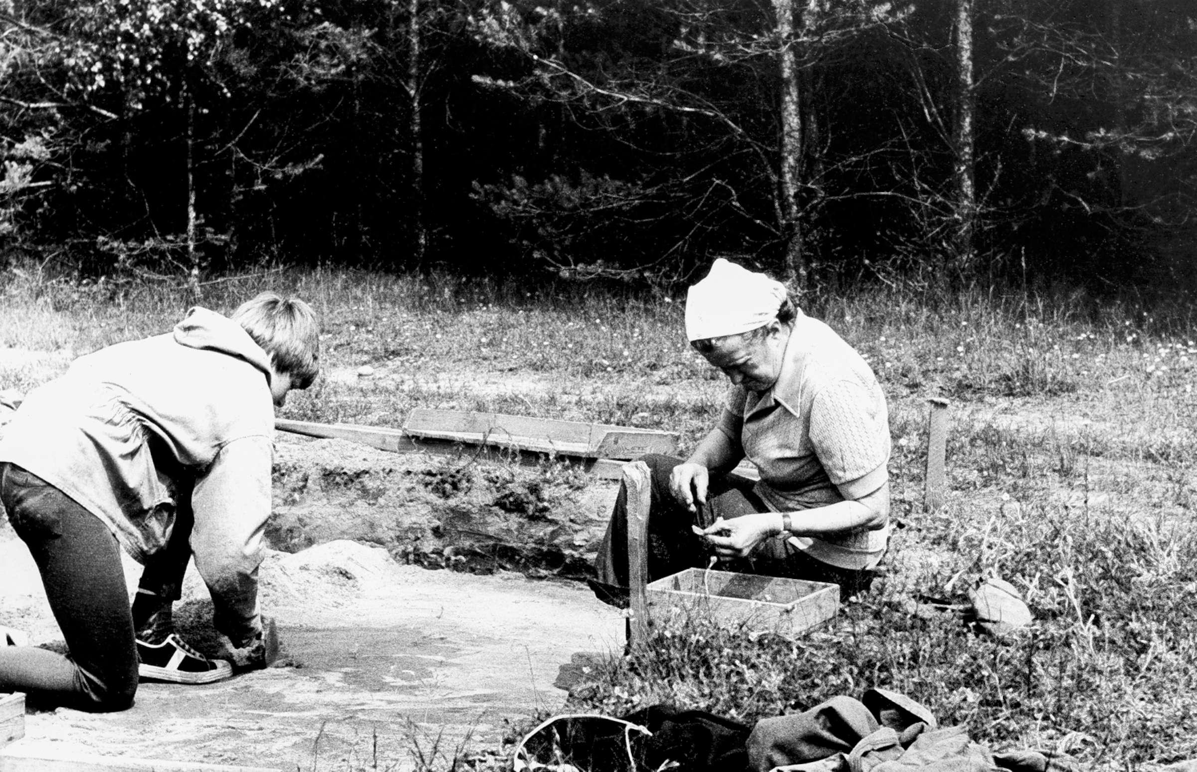 Archeologė R. Rimantienė Margiuose prie atkasamo židinio | asmeninė nuotr.