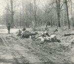 Klaipėdos kapinių griovimo baigiamieji darbai. 1984 m. | Vyt. Tamošiūno asmeninio archyvo nuotr.