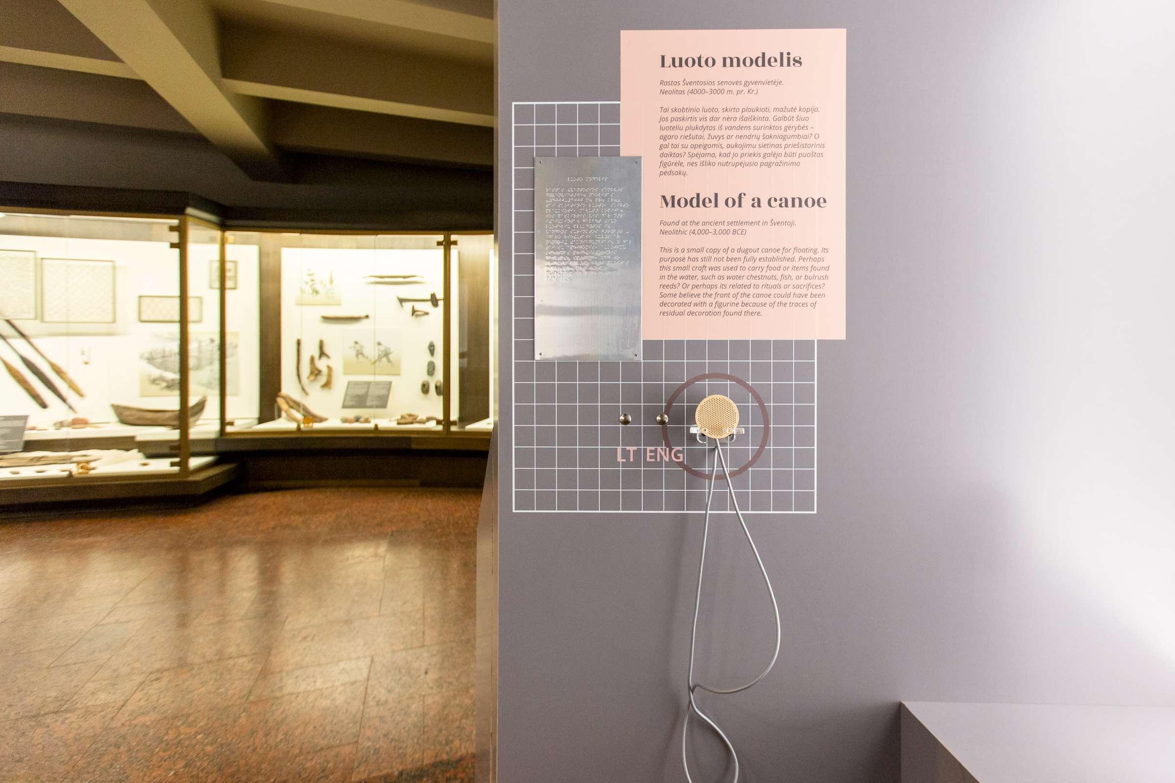 Lankytojai parodoje gali išgirsti pirmykščio žmogaus pasakojimą. Tekstai pritaikyti skaityti ir Brailio raštu (L. Penek nuotr., LNM)-2400