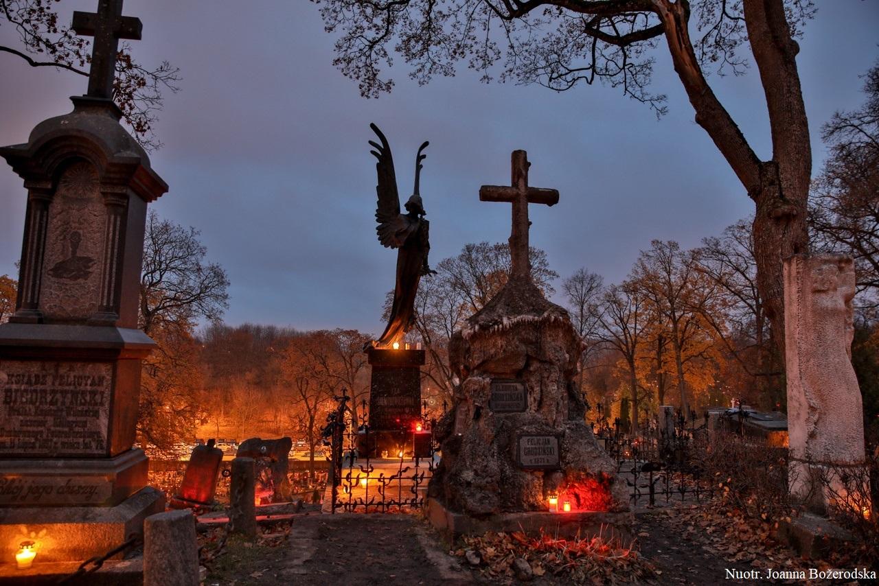 """Rasų kapinės lapkričio 1 d.   Asociacijos """"Visuomeninė Rasų kapinių draugija"""" nuotr."""