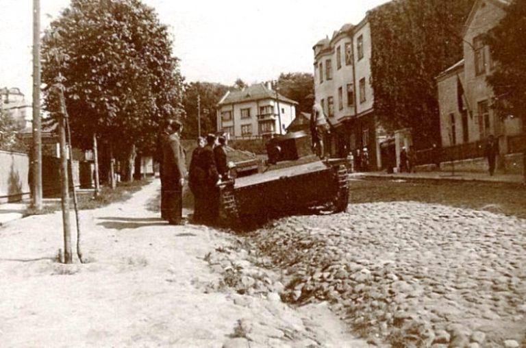 LAF nariai Kaune apžiūrinėja iš Sovietų Raudonosios Armijos atimtą T-38 tanką | wikipedia.org nuotr.