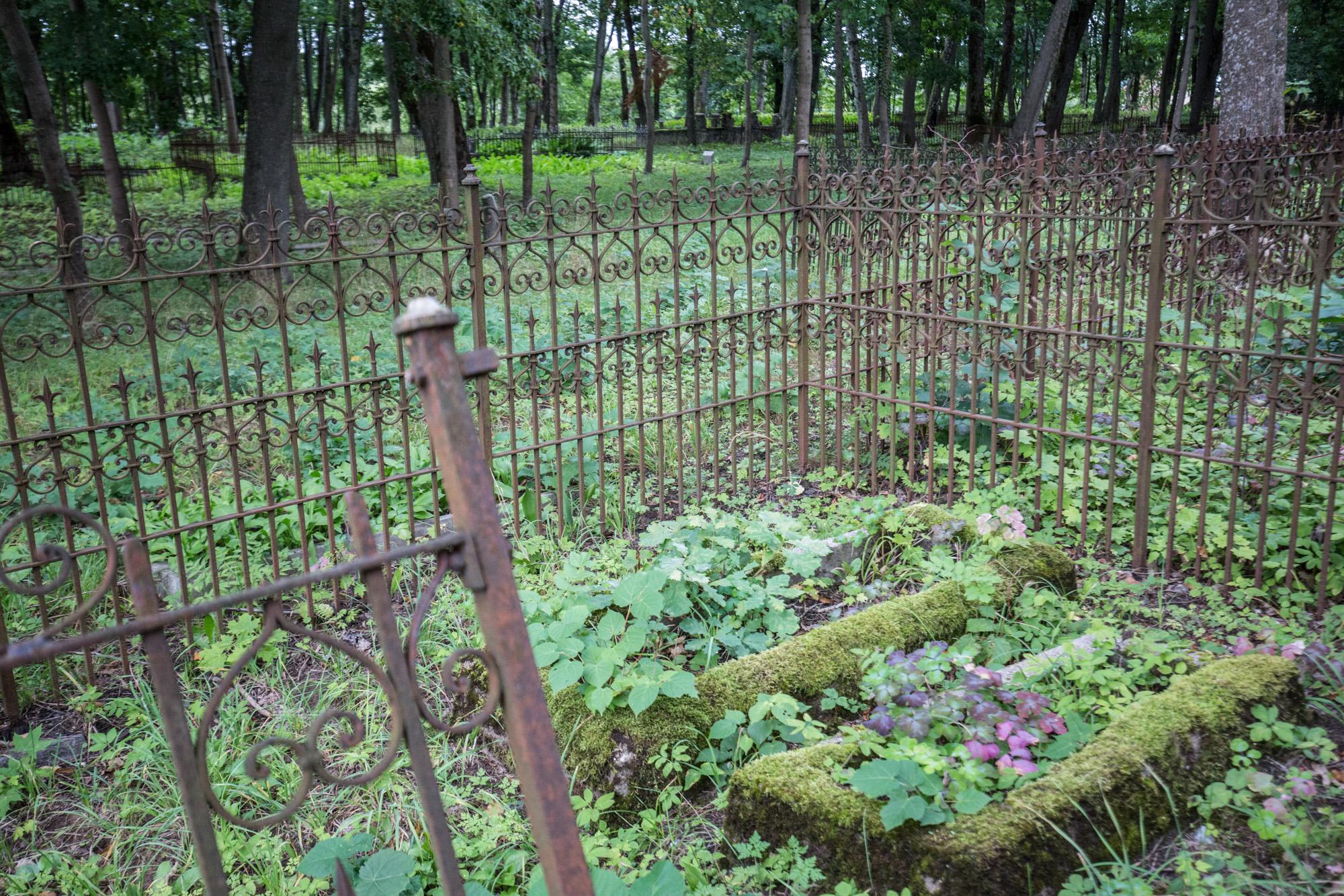 Mažajai Lietuvai būdingi lieto metalo kryžiai ir tvorelės | Autorės nuotr.