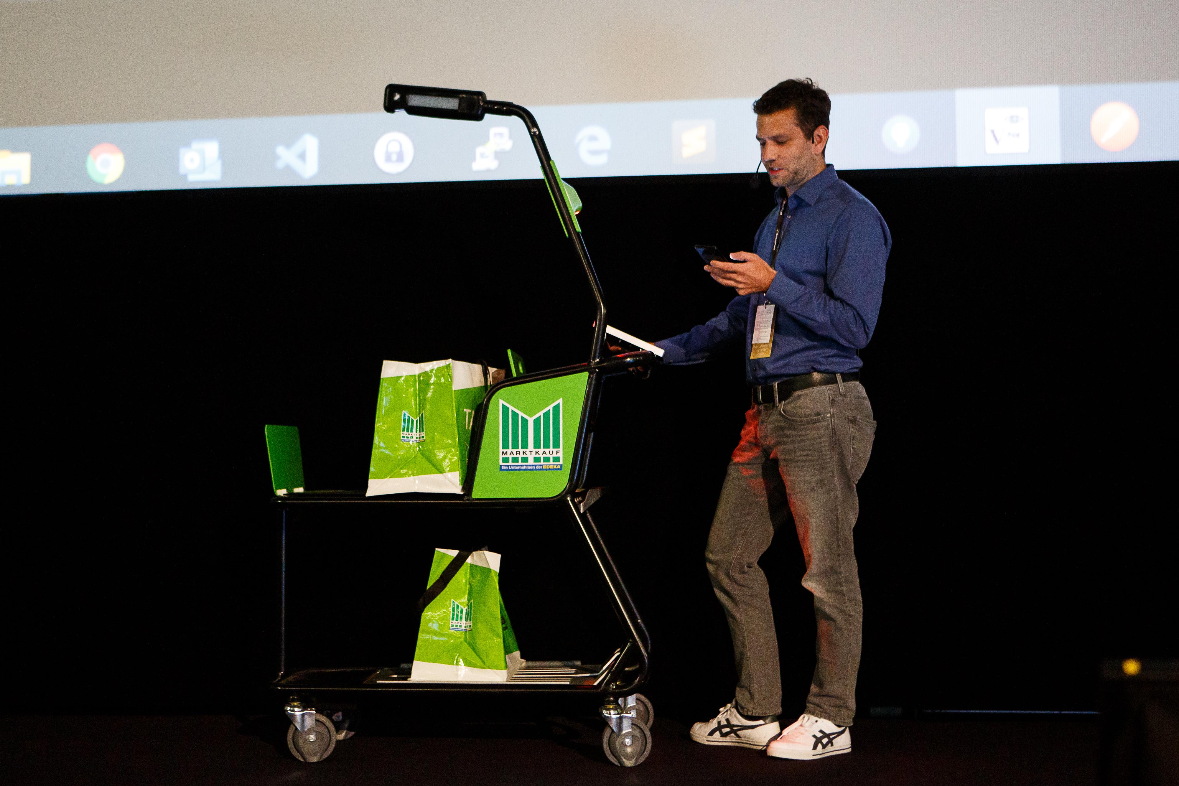 """Pristatomas išmanusis pirkinių vežimėlis – sustoti prie kasos nebereikės   """"StrongPoint Technology"""" nuotr."""