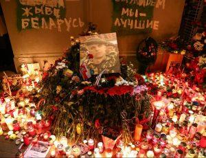 Žvakės ir gėlės Romano Bondarenkos žuties vietoje | tut.by nuotr.