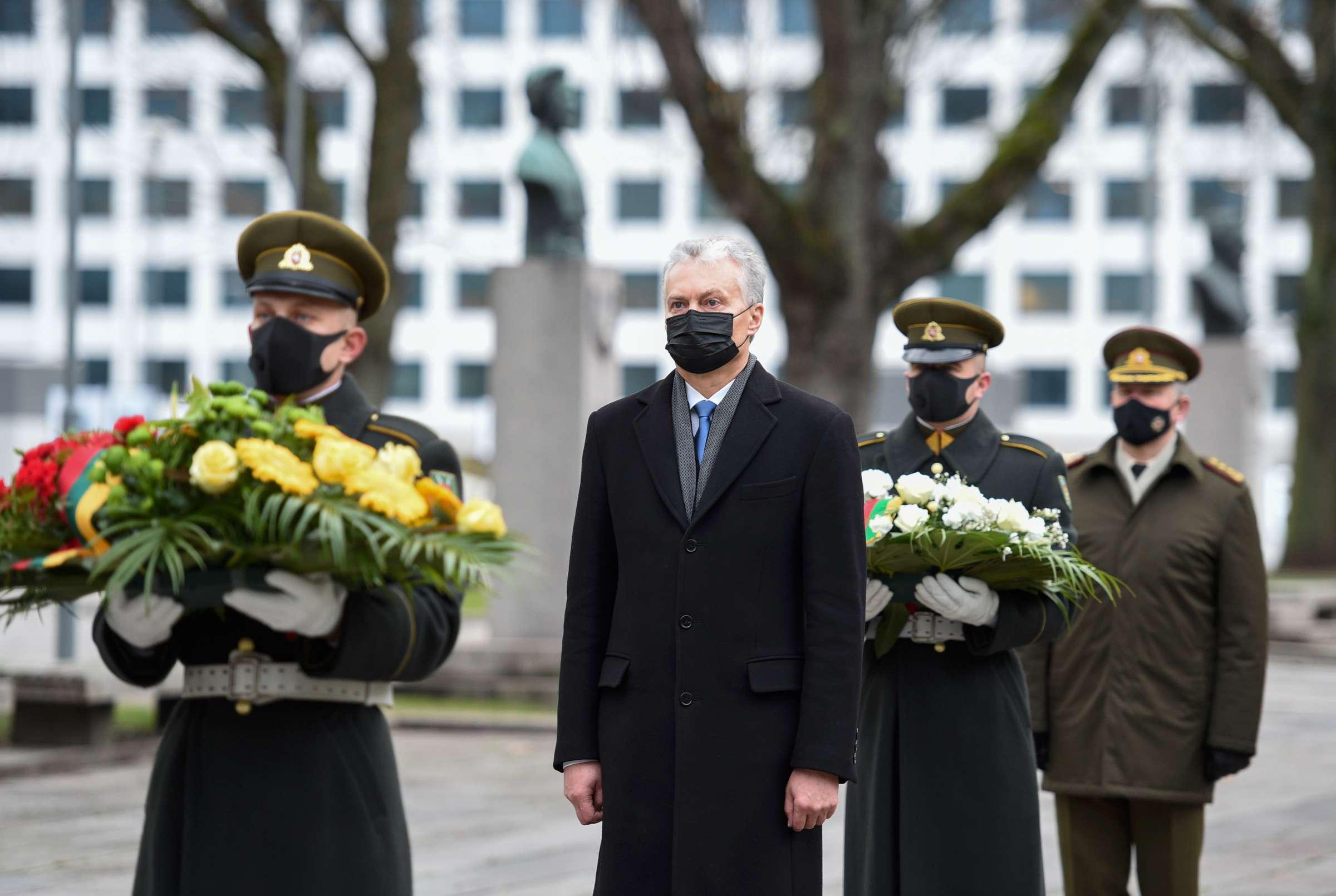 Dedamos gėlės ant Nežinomo kareivio kapo Kaune nuo Lietuvos Prezidento | lrp.lt, R. Dačkaus nuotr.