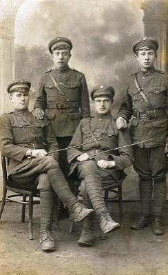Giedraičių kautynių dalyvis Vincas Mackevičius (stovi kairėje) su kovos draugais. 1920 m. | V. Mackevičiaus anūko R. Jurgaičio archyvo nuotr.