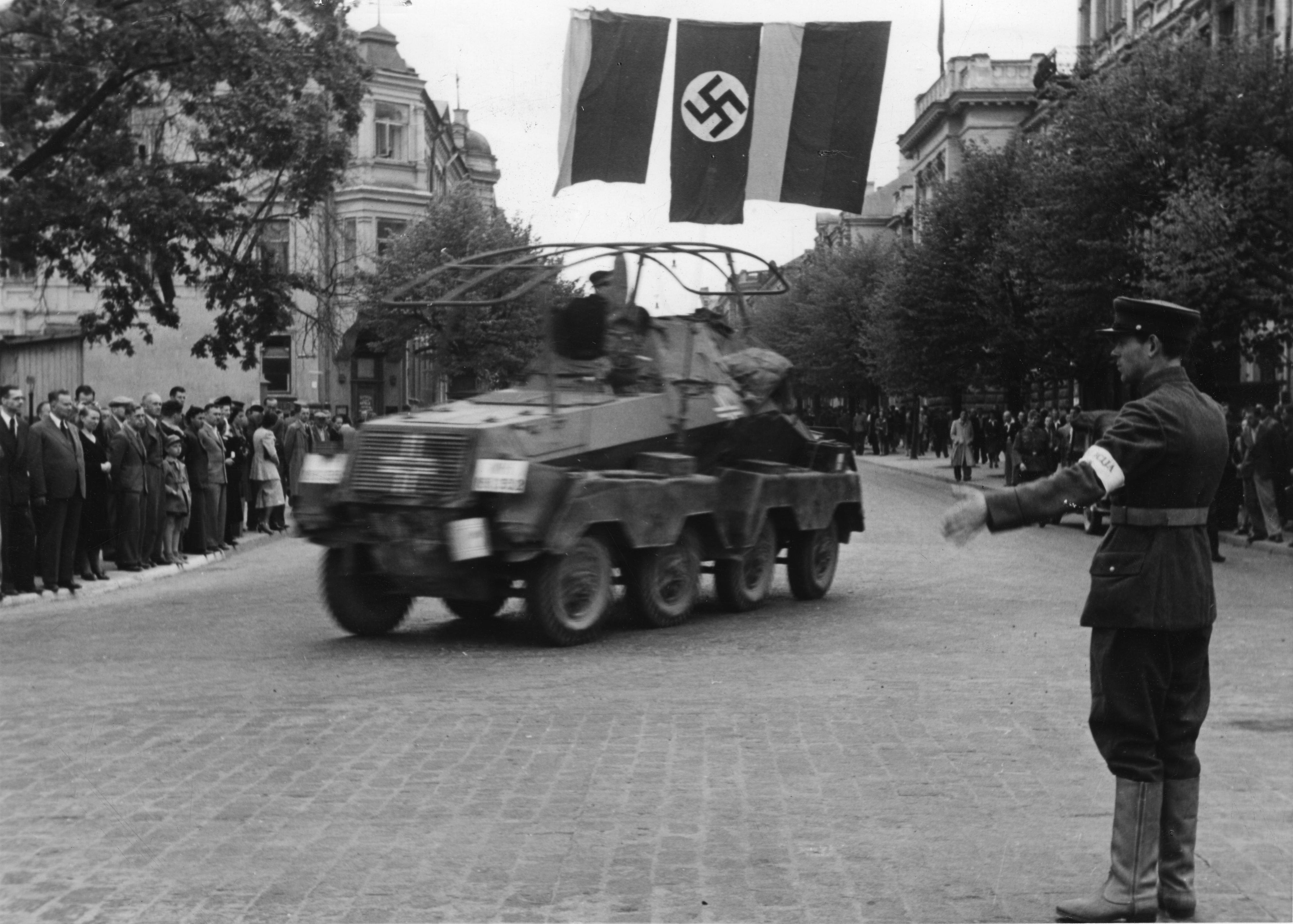 Lietuvių karys sukilėlis reguliuoja eismą Gedimino prospekto pradžioje. Atvykstant Vokietijos Vermachto daliniams Vilniuje, padėtis mieste jau valdoma sukilėlių. 1941 birželio 24 d.   Bundesarchiv nuotr.
