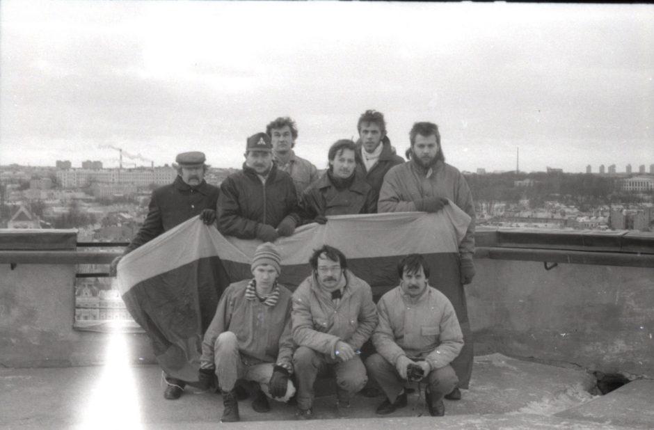 Šaulių ir savanorių būrys 1991 m. sausį Gedimino pilies bokšte saugojęs lietuvišką Trispalvę   N. Treinio nuotr.