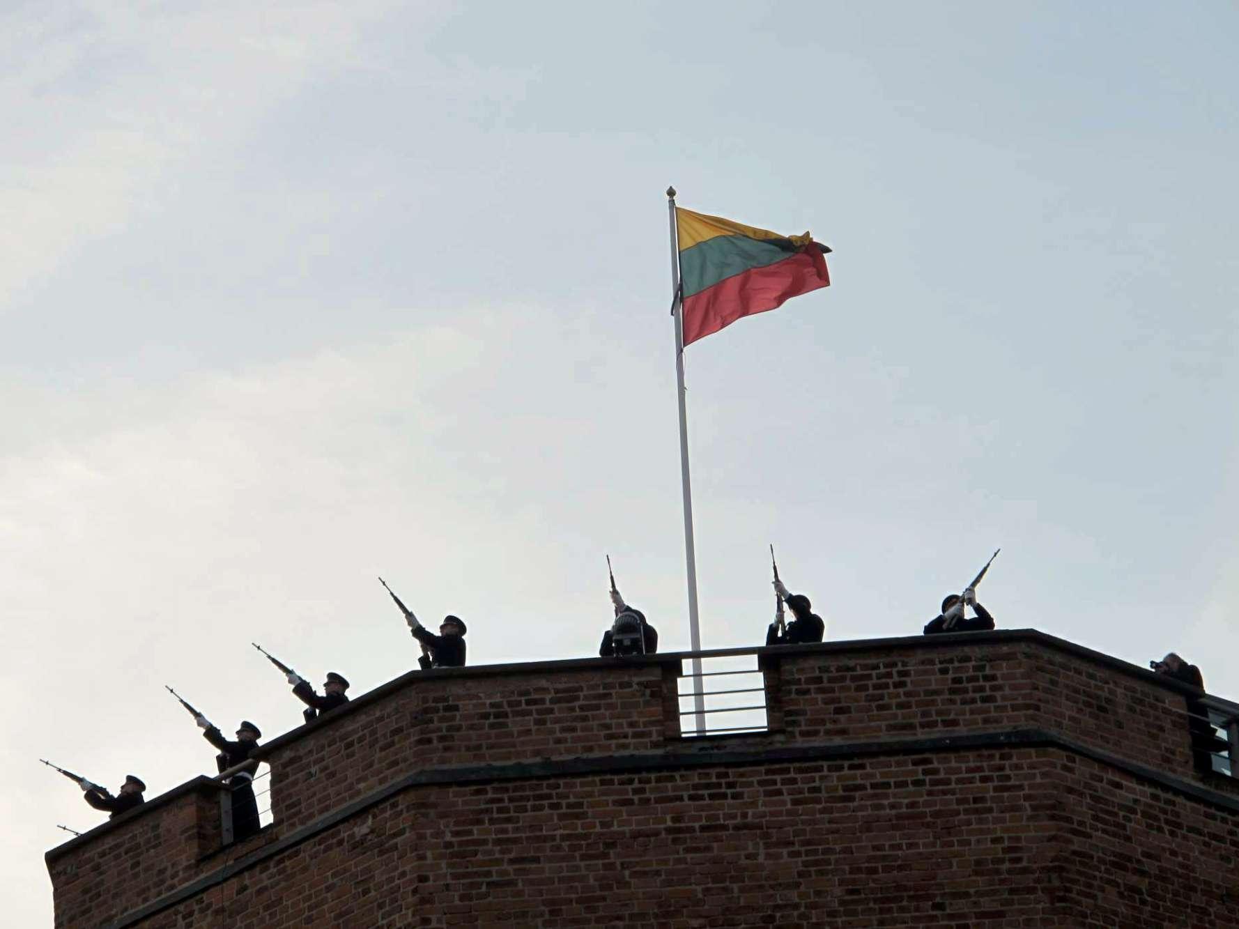 Lietuviškos trispalvės pakeitimo ceremonija 2013 sausio 1 dieną | N. Balčiūnienės nuotr.