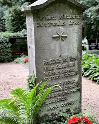 Viliaus ir Marijos Gaigalaičių antkapinis paminklas, kartu su palaikais 1994 m. iš Breteno perkeltas į Elniškės kapines | mokslolietuva.lt nuotr.
