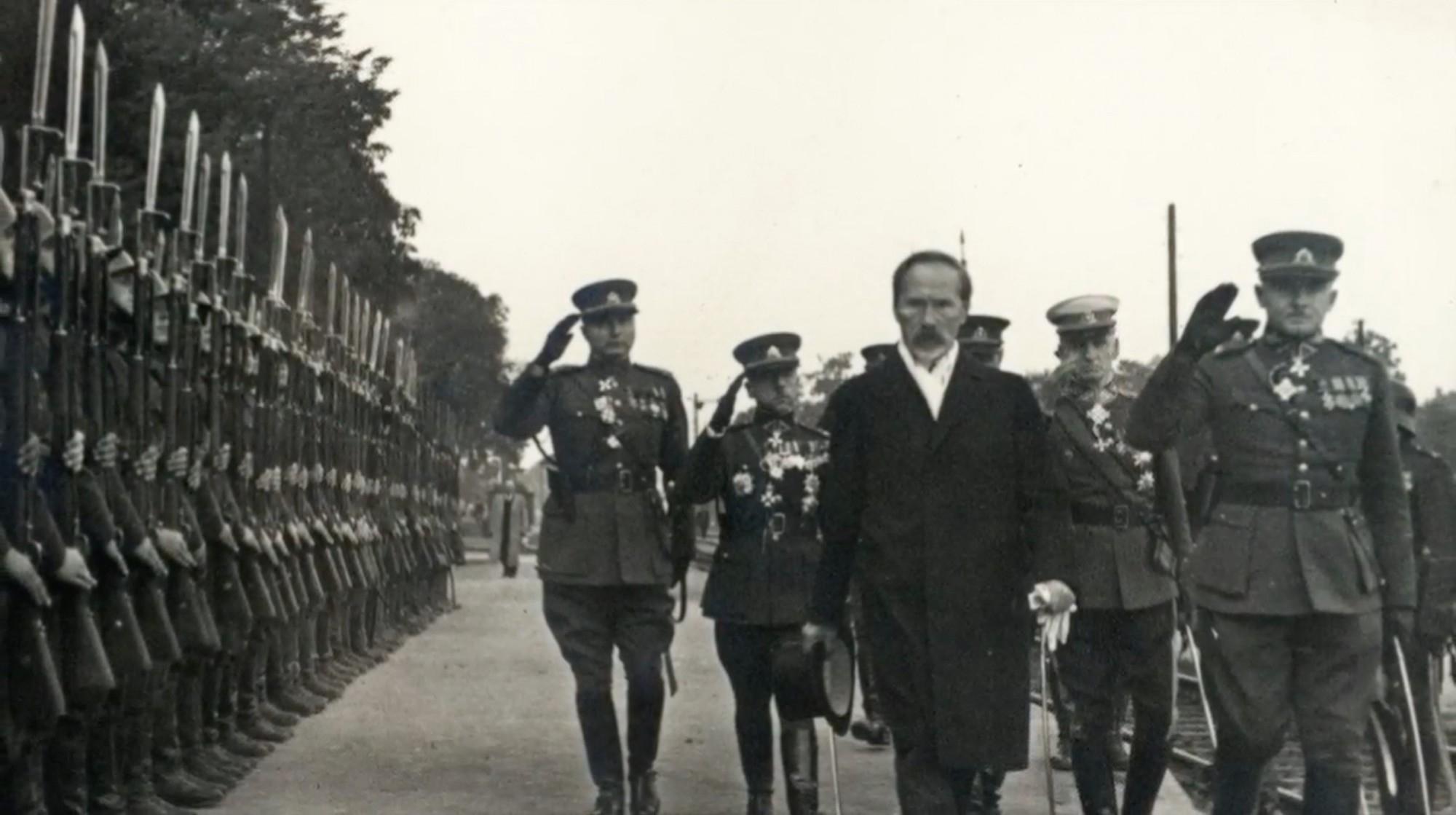 Prezidentas Antanas Smetona apžiūri karinę rikiuotę | archyvinė nuotr.