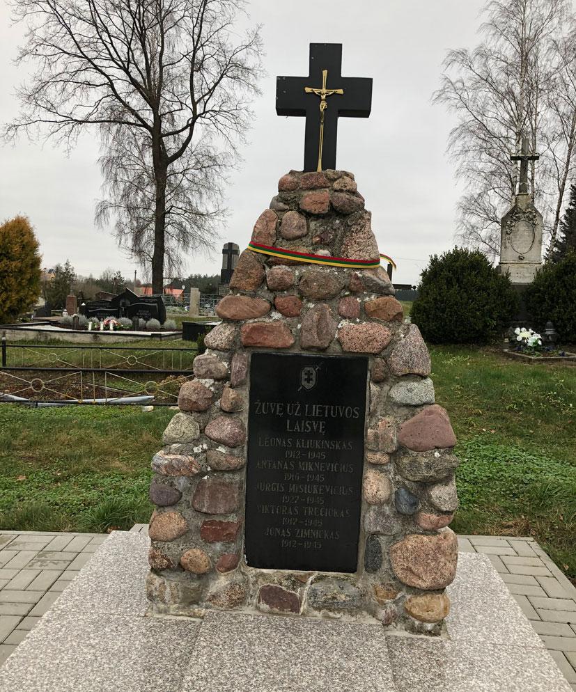 Paminklas Lazdijų kapinėse broliškame kape besiilsintiems, perlaidotiems iš įvairių žūties vietų šio krašto partizanams | punskas.pl nuotr.