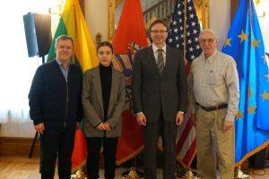 Rinkinio pargebenimu rūpinosi ir Lietuvos ambasada JAV. Iš kairės į dešinę – N. Treinys su dukra, ambasadorius R. Krikščiūnas ir H. Gaidis | Asmeninio archyvo nuotr.