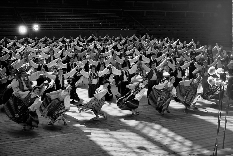 Pasaulinio studentų ir jaunimo šventės dalyvių repeticija Kauno sporto haleje 1957 m. | K. Sasnausko nuotr.