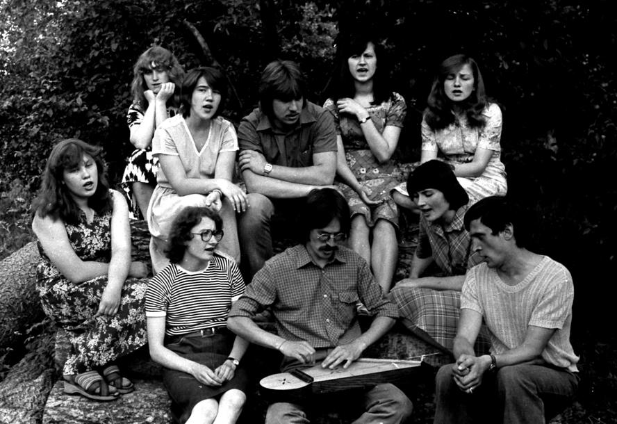 Kalbinė ir tautosakinė ekspedicija Kauno raj. Panevėžiuke 1981 m. liepa. Spontaniški pasidainavimai vakarais. Kankliuoja Valdis Muktupavelas. Antroje eilėje pirmoji iš kairės - Ieva Viškerė | asmeninė nuotr.