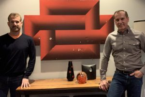 Amerikiečiai Steve'as (kairėje) ir Robertas (dešinėje) tik neseniai aptiko, kad garaže beveik penkerius metus laikytas paveikslas – tai optinio meno meistro Kazio Varnelio darbas | Asmeninio archyvo nuotr.