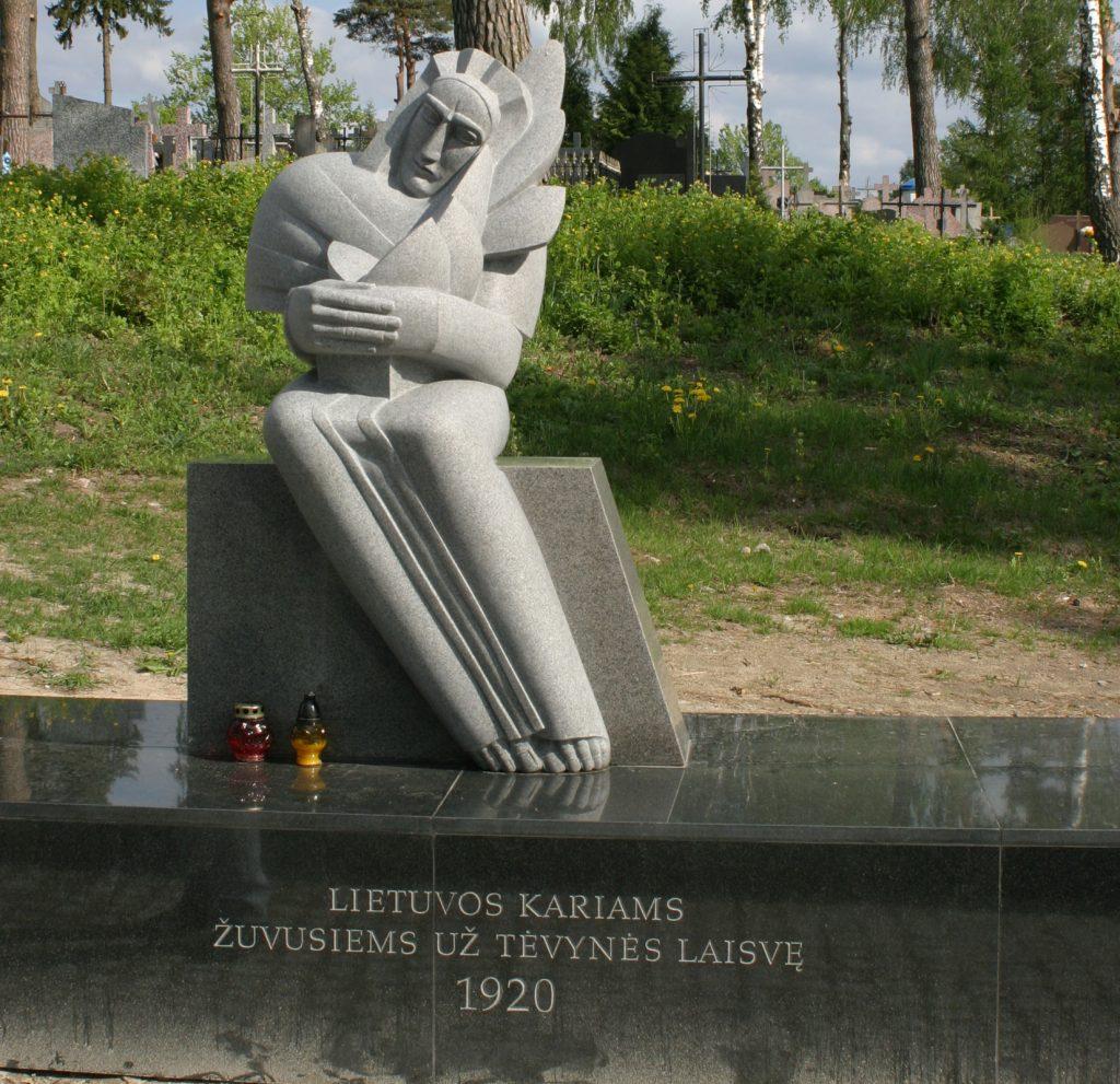 Lietuvos savanorių kapų Berznyko kapinėse paminklinis antkapis. Skulptorė Dalia Matulaitė | punskas.pl nuotr.