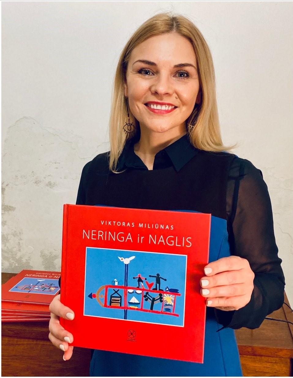 """Eglė Jokužytė su knyga """"Neringa ir Naglis""""   asmeninė nuotr."""