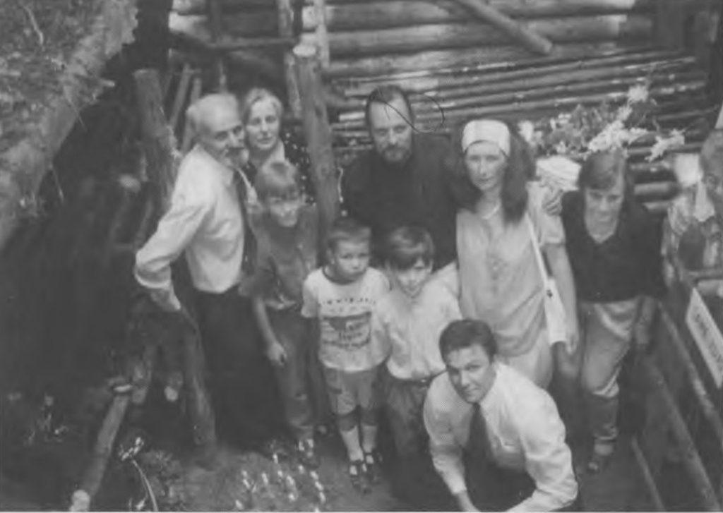 Algirdas Jėčys su žmona Nijole, sūnumi Gediminu, marčia Daiva ir vaikaičiais bunkeryje, kuriame žuvo Domininkas Jėčys-Ąžuolis (1997 m.) | punskas.pl nuotr.