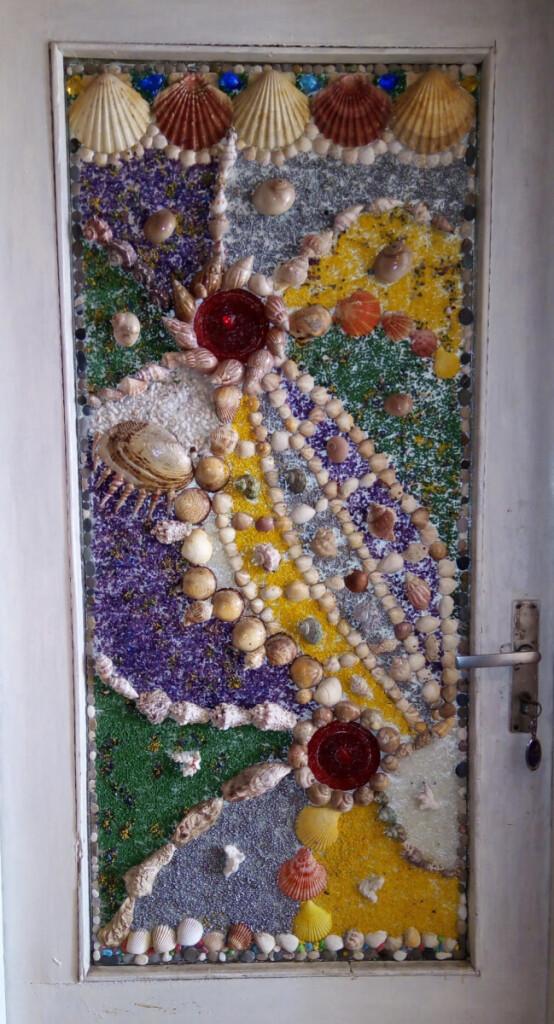 Namų duris moteris papuošė kriauklių mozaikomis   Asmeninio albumo nuotr.