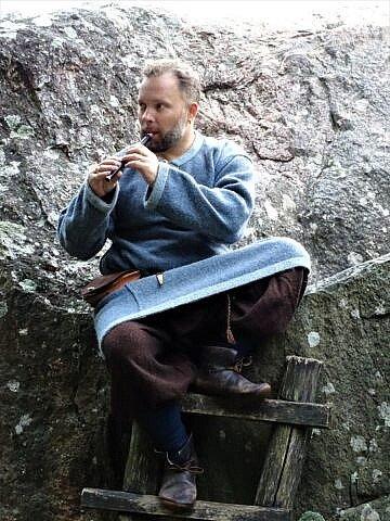 Multiinstrumentalistas Saulius Petreikis prie didžiausio Lietuvos Barstyčių (Puokės) akmens atlieka naująjį kūrinį | skuodas.lt nuotr.