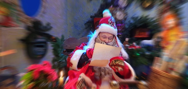Kalėdų senelis ruošiasi virtualiam susitikimui su vaikais | Raganiukės teatro nuotr.