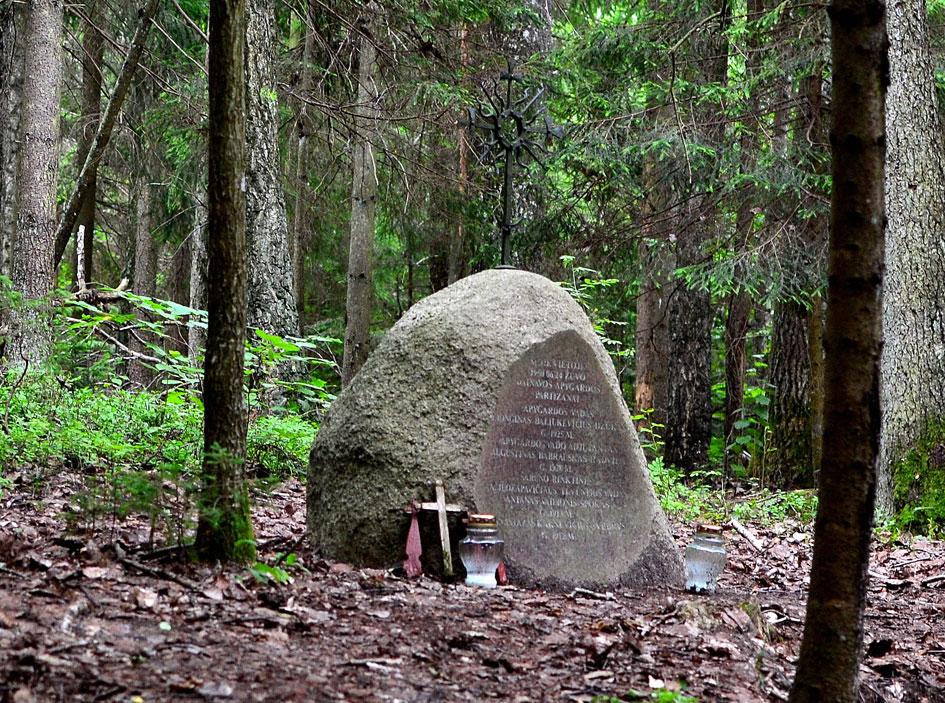 Lionginui Baliukevičiui-Dzūkui ir jo bendražygiams žūties vietoje Žaliamiškyje 2011 m. atidengtas paminklas. Paminklo autorius, skulptorius Robertas Ožalinskas, saulutę nukaldino Andrius Liaukus   punskas.pl nuotr.