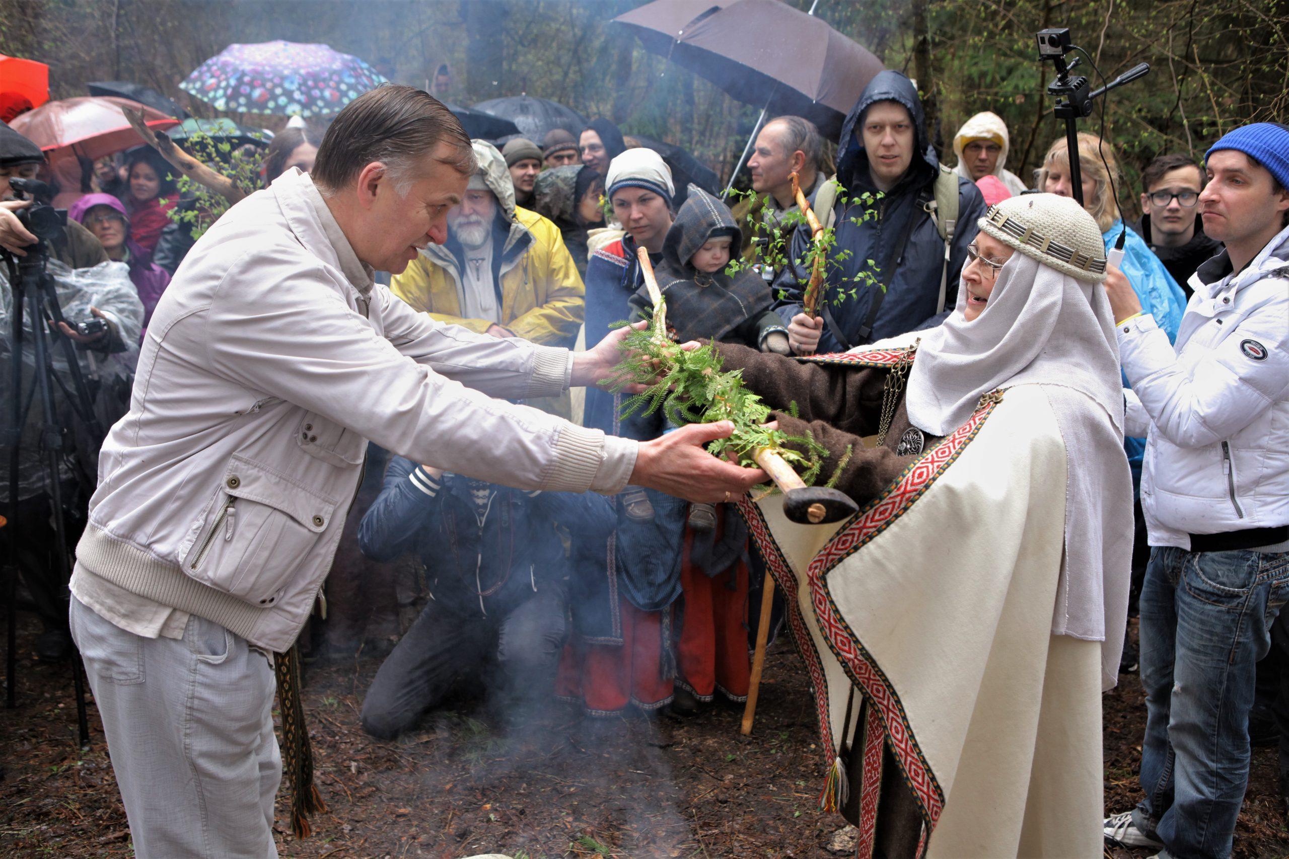 Lietuvos Romuvos Krivė įšvenčia Eugenijų Martinkų į Romuvos vaidilas, Kulionys 2016 m. | K. Driskiaus nuotr.