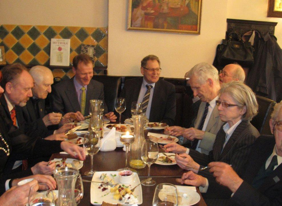 N. Kitkauskas perduodamas Donelaičio draugijos vadovavimą surengė bendraminčiams pietus sostinės kavinėje. 2015. 04.24 | vyzdys.com nuotr.