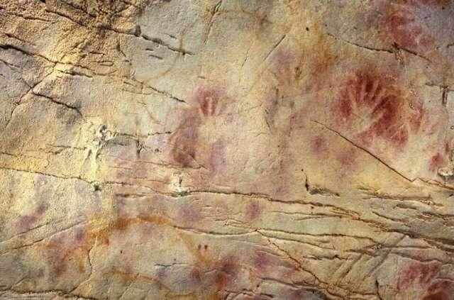 El Castilo urvas Ispanijoje. Čia rasti seniausi žinomi Europoje urvų piešiniai, sukurti beveik prieš 42000 metų. Raudoni ochros atspaudai yra dažnas piešinių motyvas; manoma, kad jais galėjo būti tepamasi norint apsisaugoti nuo Saulės spindulių   P. Pettitt, Gobierno de Cantabria nuotr.