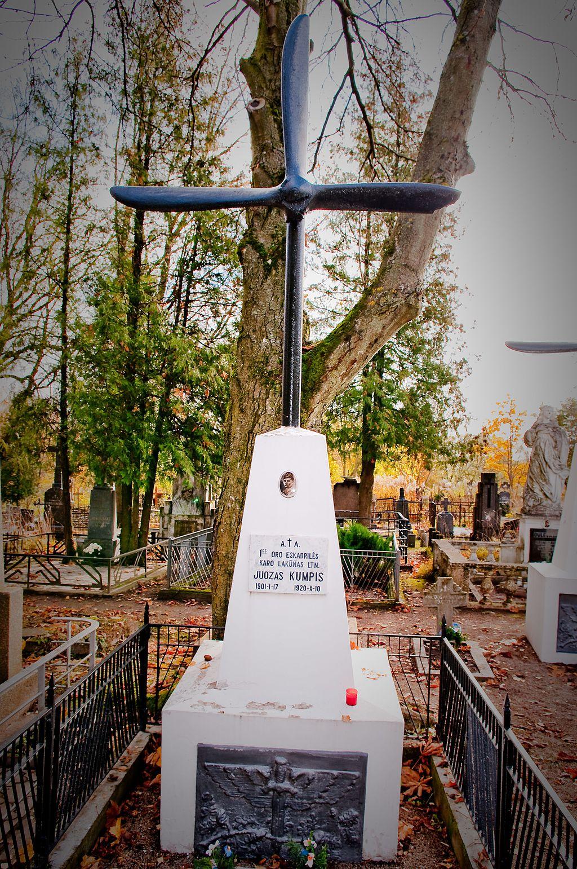 Karo lakūno ltn. Juozo Kumpio kapas Šiaulių miesto kapinėse   wikipedia.org nuotr.