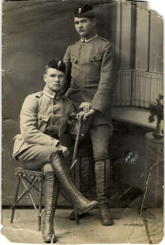 Karo aviacijos mokyklos mokiniai Juozas Kumpis (stovi) ir Vyttautas Rauba, 1919 m.