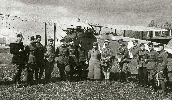 Aviacijos dalies personalas 1920 m. pradžioje prie žvalgybinio lėktuvo LVG C.VI Kauno aerodrome. Iš kairės į dešinę: L. Šliužinskas, A. Soldatenkovas, J. Kumpis, neatpažintas, A. Gustaitis, A. Vasnevskis, E. Šalkauskas, Aviacijos dalies vadas V. Gavelis, du britų lakūnai, neatpažintas, vado adjutantas S. Stanaitis, S. Sabas, V. Šenbergas.